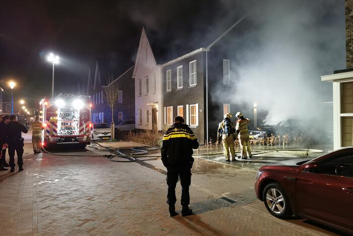 Veel schade na autobrand op oprit van woning