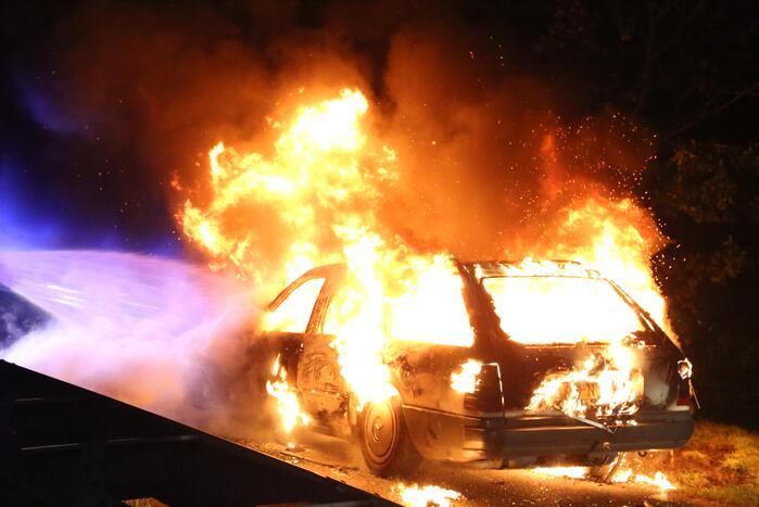 Auto volledig verwoest door nachtelijke brand