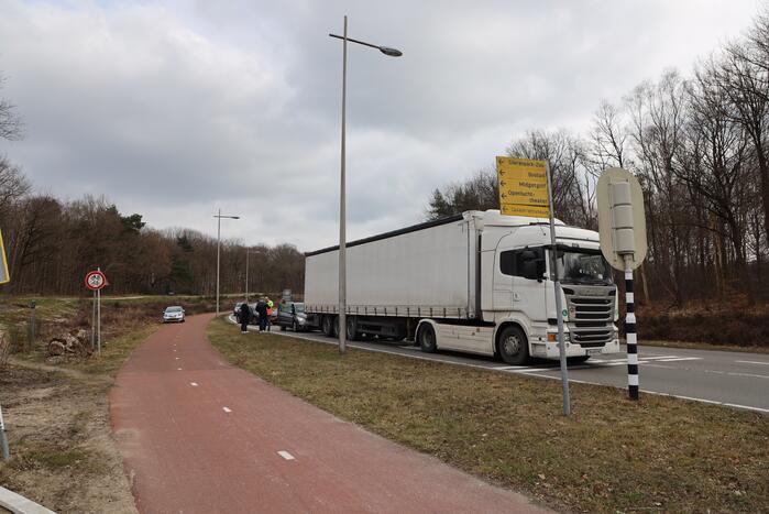 Automobilist botst achterop trailer van vrachtwagen