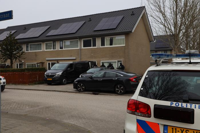 Zwaarbewapende agenten bij woning in Schuilenburg