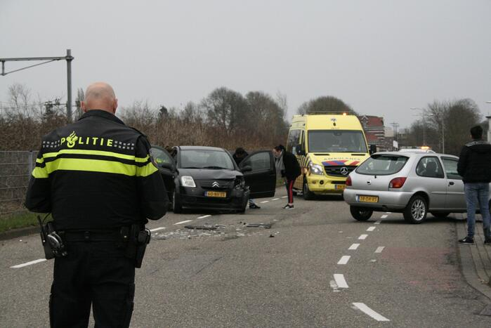 Enorme schade na ongeval tussen twee voertuigen