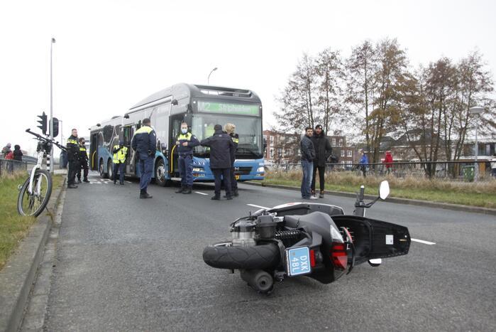 Scooterrijder gewond bij aanrijding met bus