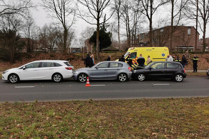 Drie auto's met elkaar in botsing