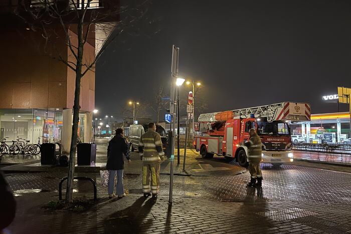 Brandweer helpt mevrouw na buitensluiting uit woning