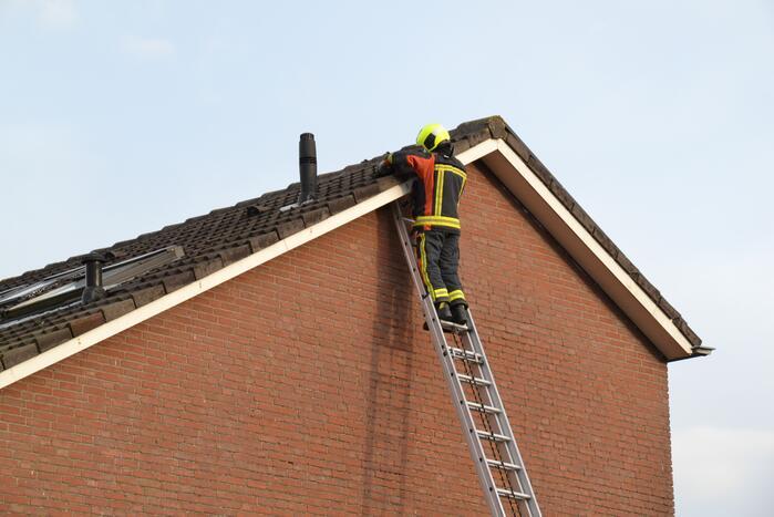 Brandweer legt losliggende dakpannen goed