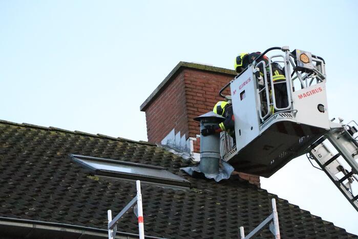 Brandweer verwijderd loszittend afzuigpijp van het dak
