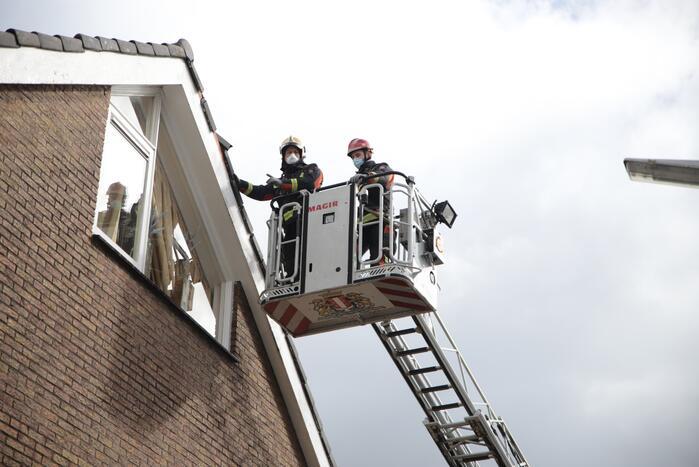 Brandweer zet losliggende dakpannen vast
