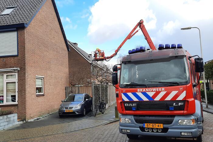 Losliggende dakpannen terug gezet door brandweer