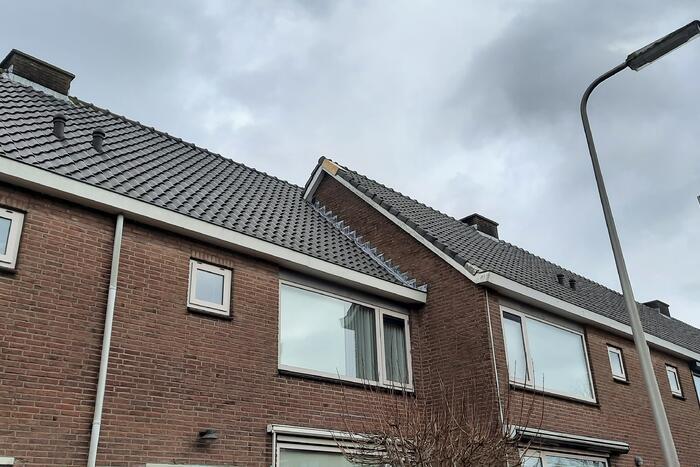Brandweer verwijdert loszittende dakpannen