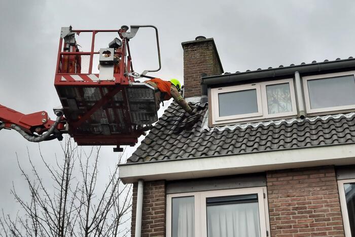 Brandweer ingezet voor losliggende dakpannen
