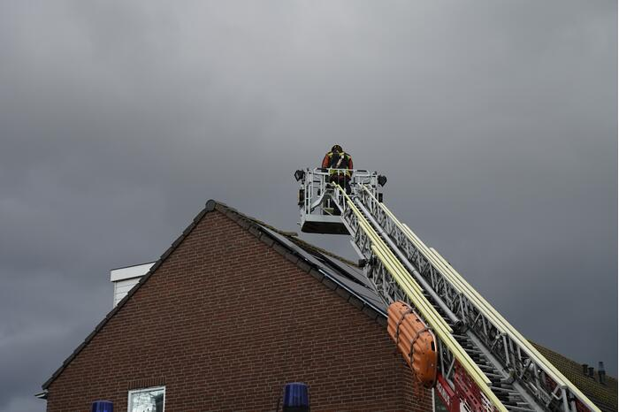 Dakpan dreigt van dak te waaien
