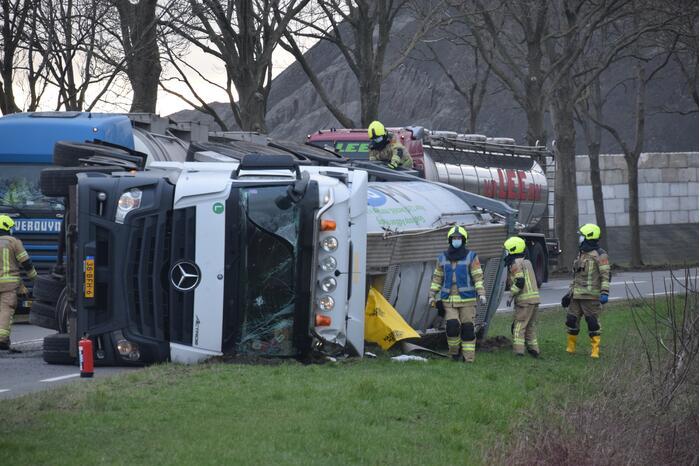 Hulpdiensten ingezet voor gekantelde vrachtwagen