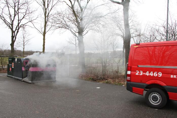 Veel rook bij brand in plastic container