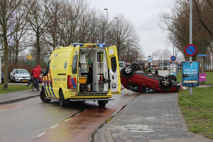 Auto belandt op zijn kop, bestuurder ernstig gewond