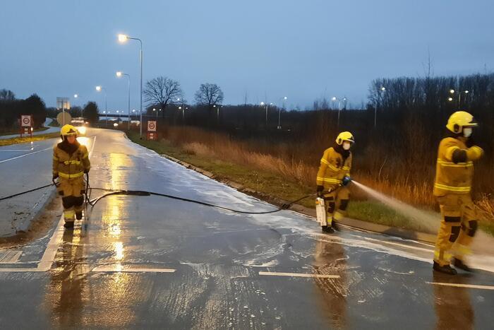 Brandweer reinigt wegdek door oliespoor