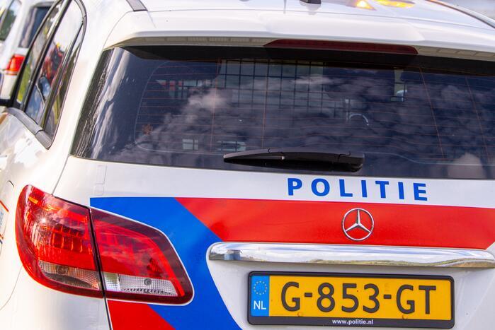 Fietser en politieauto botsen bij Winkelcentrum Overvecht