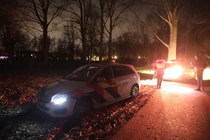 Politievoertuig vast in modder