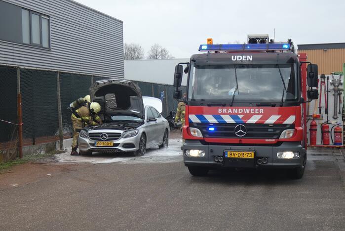 Geparkeerde Mercedes vliegt spontaan in brand