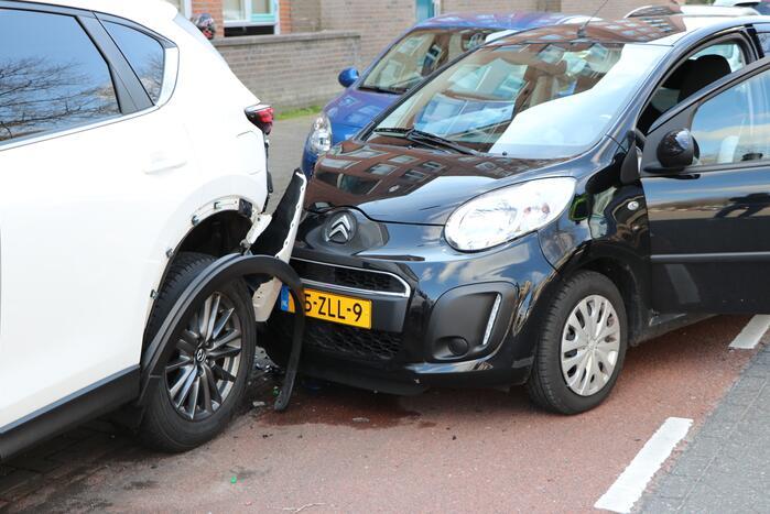 Automobiliste botst op geparkeerde auto