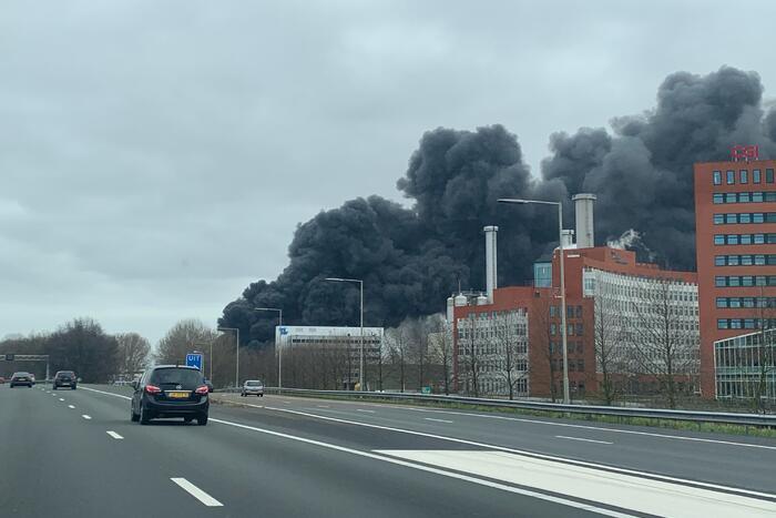 Enorme rookwolken bij grote brand in bedrijfspand