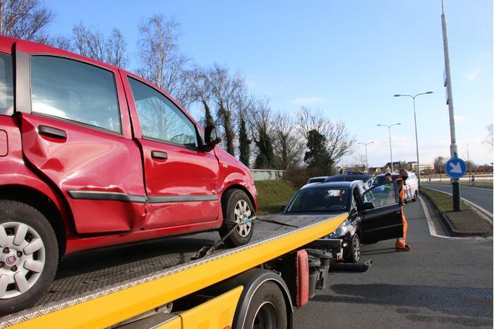 Twee auto's lopen schade op bij verkeersongeval