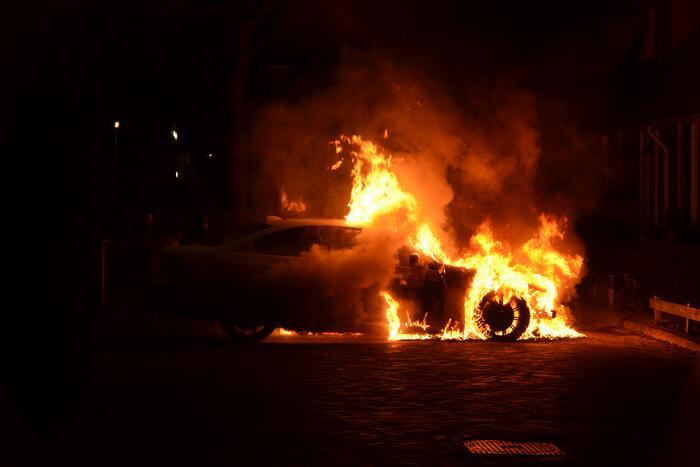Meerdere woningen ontruimd vanwege autobrand