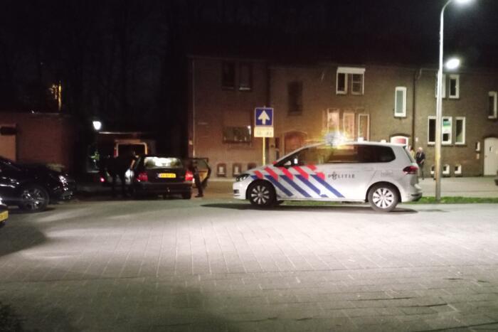 Politie doorzoekt auto