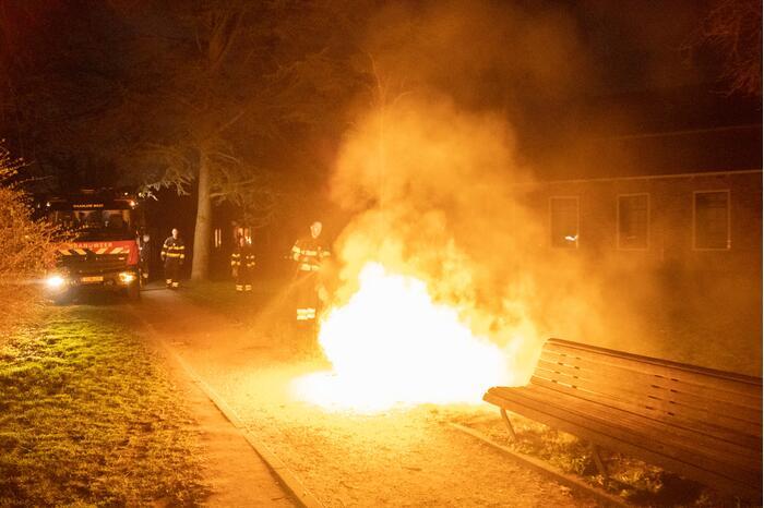 Prullenbak in park vat vlam