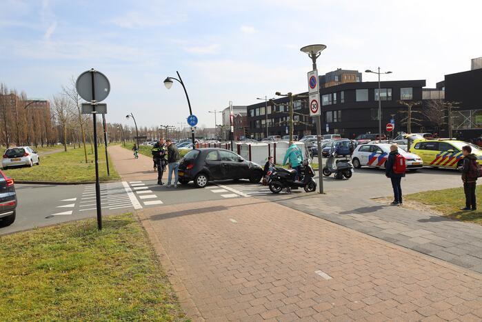 Scooterrijdster aangereden door afslaande auto