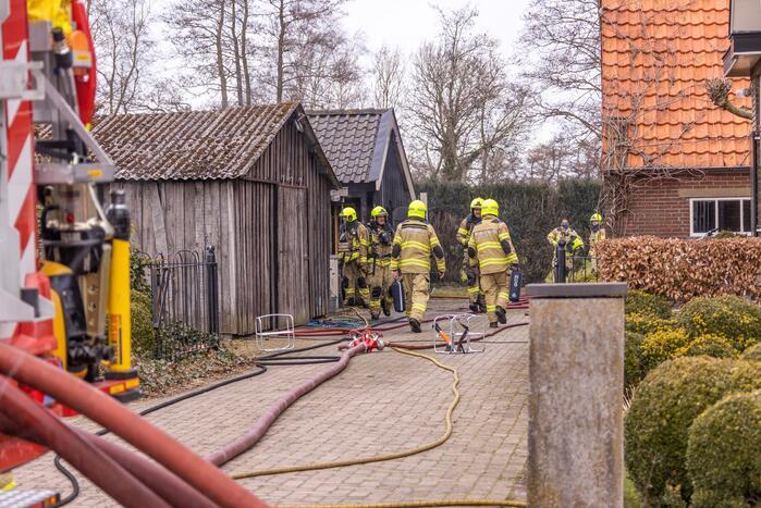 Brandweer blust brand in schuur