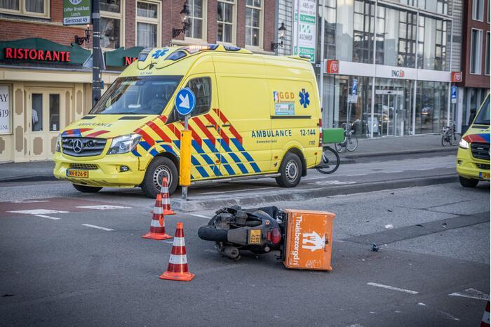 Maaltijdbezorger gewond door aanrijding met personenauto