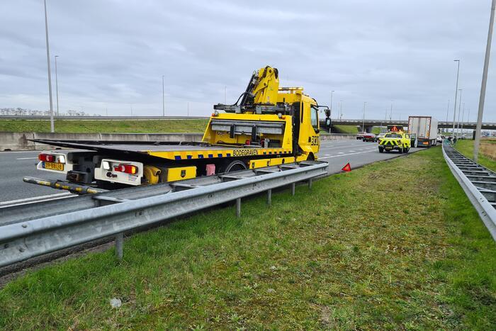 Personenauto klapt op trailer van vrachtwagen