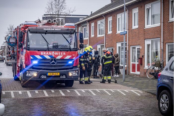 Brandweer blust brand op zolder