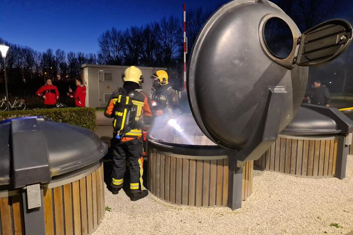Brandweer blust brand in container