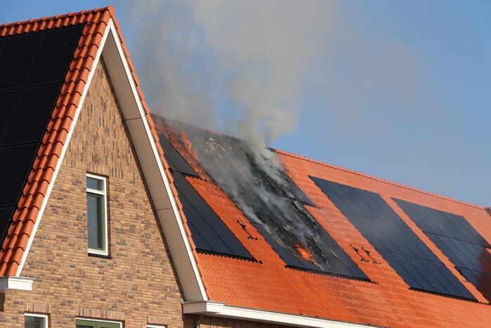 Zonnepanelen vliegen op dak in brand