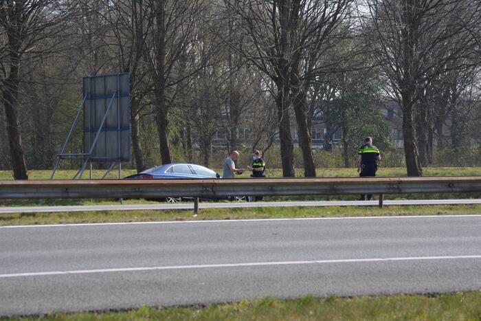 Auto belandt in sloot bij verkeersongeval