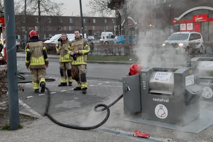 Brandweer blust brand in ondergrondse container