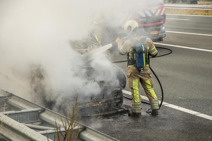 Weg afgesloten vanwege autobrand