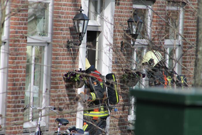 Brandweer doet onderzoek naar gaslucht in woning