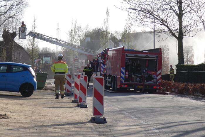 Schoorsteenbrand slaat over naar rietendak