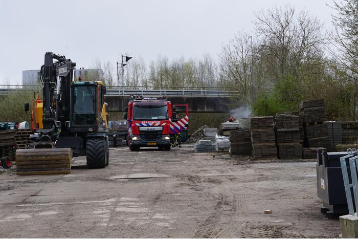 Brandweer blust brand op bouwterrein