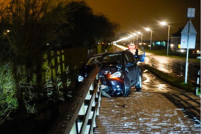 Auto knalt tegen reling brug
