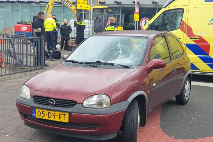 Vrouw met kinderwagen aangereden door auto
