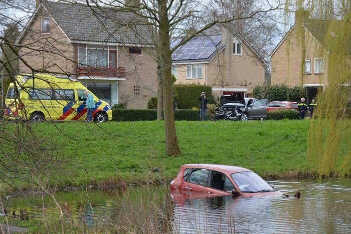 Auto belandt in het water na botsing