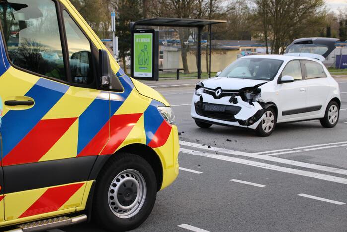Veel schade na kop-staart botsing tussen twee personenauto