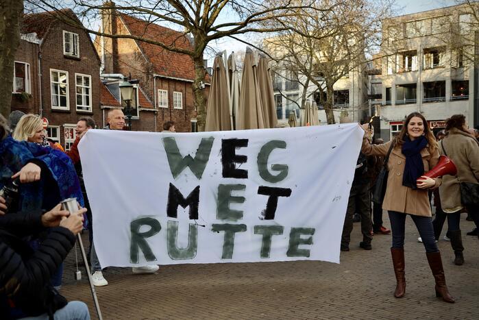 Fakkeltocht tegen coronabeleid en voor het vertrek van Mark Rutte