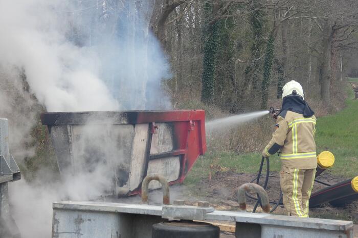 Dixi en bouwcontainer in brand