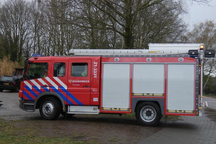 Brandweer doet controle na brand in personenauto