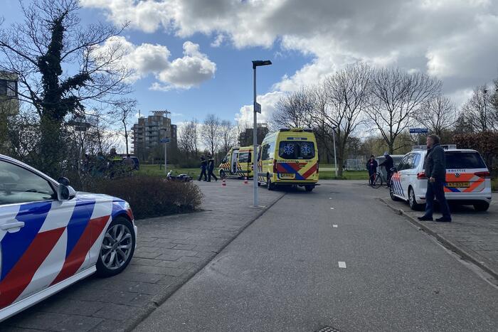 Scooterrijder zwaargewond bij botsing met maaltijdbezorger
