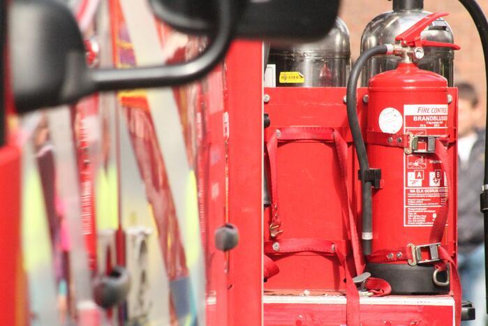 Brandweer blust brand in bedrijfswagen